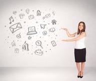 Giovane donna di affari che presenta le icone disegnate a mano di media Fotografie Stock Libere da Diritti