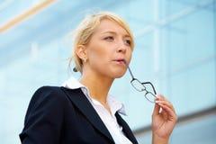 Giovane donna di affari che riflette Fotografie Stock