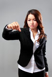Giovane donna di affari che seleziona un oggetto virtuale Fotografia Stock