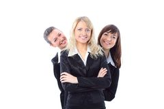 Giovane donna di affari che si leva in piedi con i suoi colleghi immagini stock libere da diritti