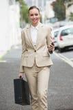 Giovane donna di affari che sorride alla macchina fotografica Fotografie Stock
