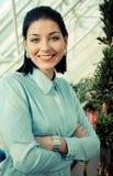 Giovane donna di affari che sorride felicemente fotografia stock libera da diritti