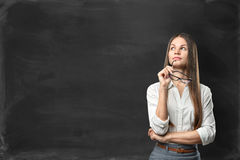 Giovane donna di affari che sta davanti alla lavagna in bianco Fotografie Stock Libere da Diritti