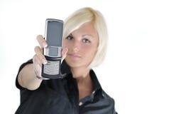 Giovane donna di affari che tiene nuovo cellp moderno Fotografie Stock Libere da Diritti