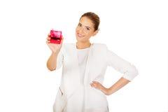 Giovane donna di affari che tiene timbro di gomma rosa fotografia stock libera da diritti