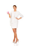 Giovane donna di affari che tiene timbro di gomma rosa fotografia stock