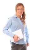 Giovane donna di affari che tiene un computer portatile e sorridere Fotografia Stock