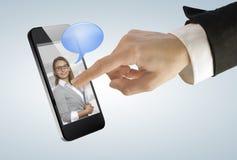 Giovane donna di affari che tocca uno schermo della maschera sul telefono astuto digitale Fotografia Stock Libera da Diritti