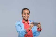 Giovane donna di affari che usando la donna di affari felice di sorriso della ragazza afroamericana dello Smart Phone delle cellu Immagine Stock Libera da Diritti