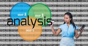 Giovane donna di affari con ANALISI di scrittura del calcolatore nello schermo Numera la priorità bassa Fotografia Stock