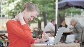 Giovane donna di affari con dolore alla schiena che lavora al computer portatile all'aperto archivi video