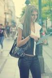 Giovane donna di affari con il computer della compressa che cammina sullo stree urbano immagine stock