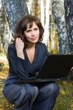 Giovane donna di affari con il computer portatile. Fotografie Stock Libere da Diritti