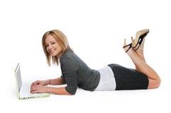 Giovane donna di affari con il computer portatile Immagini Stock Libere da Diritti