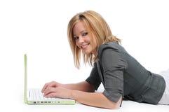 Giovane donna di affari con il computer portatile Fotografia Stock Libera da Diritti
