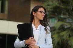Giovane donna di affari con il foglio - immagine di riserva Fotografie Stock Libere da Diritti