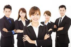 Giovane donna di affari con il riuscito gruppo di affari immagine stock libera da diritti
