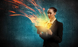 Giovane donna di affari con ipad Immagine Stock Libera da Diritti