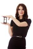 Giovane donna di affari con la clessidra - cronometri il concetto Fotografia Stock