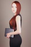 Giovane donna di affari con la compressa Fotografie Stock Libere da Diritti