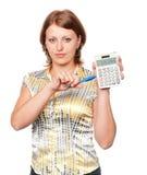Giovane donna di affari con la penna ed il calcolatore Immagini Stock Libere da Diritti