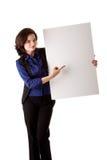 Giovane donna di affari con la scheda bianca Fotografie Stock Libere da Diritti