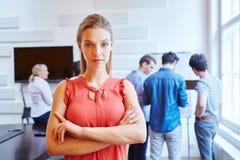 Giovane donna di affari con le braccia attraversate Immagini Stock