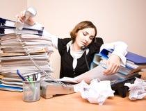 Giovane donna di affari con le tonnellate di documenti immagini stock