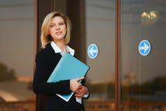 Giovane donna di affari con un dispositivo di piegatura Fotografia Stock Libera da Diritti