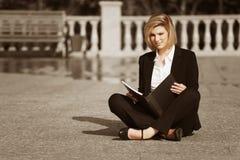 Giovane donna di affari con un dispositivo di piegatura Immagini Stock