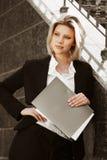 Giovane donna di affari con un dispositivo di piegatura Fotografie Stock Libere da Diritti