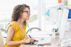Giovane donna di affari creativa che attinge la tavola del grafico Fotografia Stock