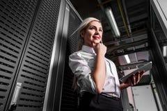 Giovane donna di affari dell'ingegnere nella stanza del server Immagini Stock