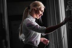 Giovane donna di affari dell'ingegnere nella stanza del server Fotografia Stock Libera da Diritti