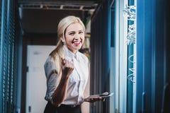 Giovane donna di affari dell'ingegnere nella stanza del server di rete Fotografia Stock Libera da Diritti