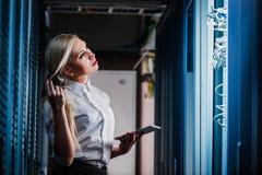 Giovane donna di affari dell'ingegnere nella stanza del server di rete Immagine Stock Libera da Diritti