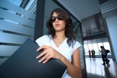 Giovane donna di affari di Bautiful in interio futuristico Fotografia Stock