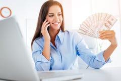 Giovane donna di affari With Dollars fotografie stock libere da diritti
