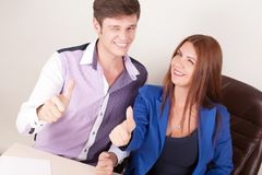 Giovane donna di affari ed uomo d'affari sorridenti isolati sopra fondo bianco Immagini Stock