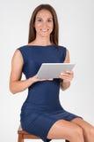 Giovane donna di affari elegante che per mezzo della compressa Fotografia Stock