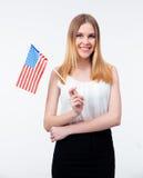 Giovane donna di affari felice che sta con la bandiera degli Stati Uniti Fotografie Stock Libere da Diritti