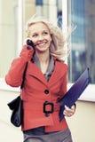 Giovane donna di affari felice di modo che rivolge al telefono cellulare Fotografie Stock Libere da Diritti