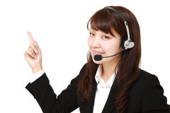 Giovane donna di affari giapponese che presenta e che mostra qualcosa fotografie stock libere da diritti