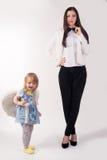 Giovane donna di affari graziosa e sua figlia immagine stock