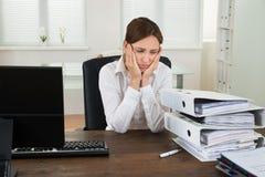 Giovane donna di affari Looking At Folders immagine stock libera da diritti