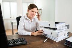 Giovane donna di affari Looking At Folders immagine stock