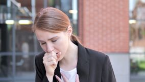 Giovane donna di affari malata Coughing Outdoor video d archivio