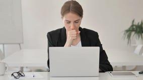 Giovane donna di affari malata Coughing sul lavoro video d archivio