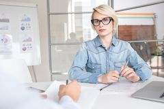 Giovane donna di affari moderna in ufficio fotografie stock libere da diritti
