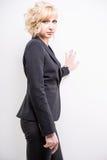 Giovane donna di affari nel nero Fotografie Stock Libere da Diritti